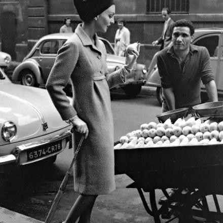 Modella Dior al mercato - Photo Willy Maywald