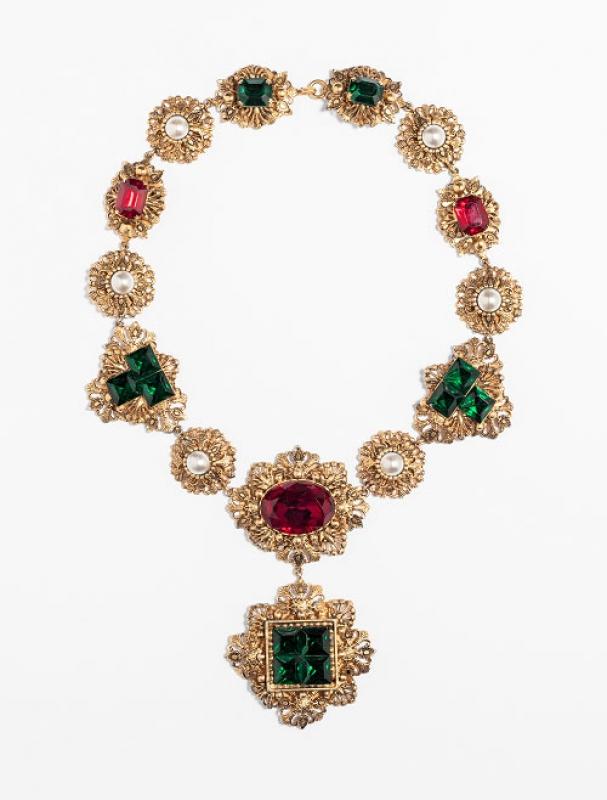 Collier, metallo dorato, perle di imitazione, cristalli smeraldo e rubino, anni 50-60, Ottavio Re – foto Francesco di Bona