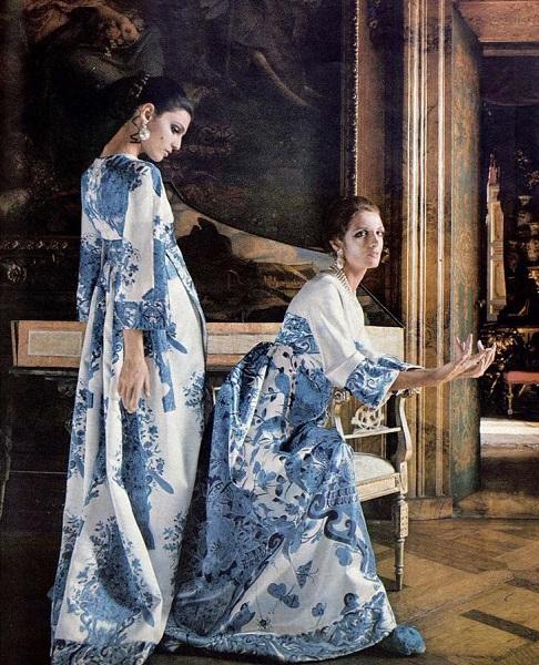 """Per il servizio The Italian Collections, Benedetta Barzini e Mirella Petteni presentano gli abiti di Valentino, foto Henry Clarke, """"Vogue"""", 15 settembre 1968"""
