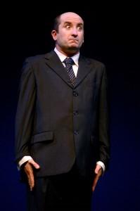 """Bologna - 29/10/2005 - Antonio Albanese (nel quadro dell'analista di gestioni integratee) sul palco del teatro delle Celebrazioni durante la prima di """"Psicoparty"""" (Roberto Serra / Iguana Press)"""