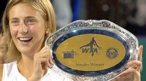 La vincita di Mara al WTA Bangalore Open 2006 contro Jelena Kostanic. match 3-6,7-6,6-3. AFP PHOTO/Dibyangshu SARKAR
