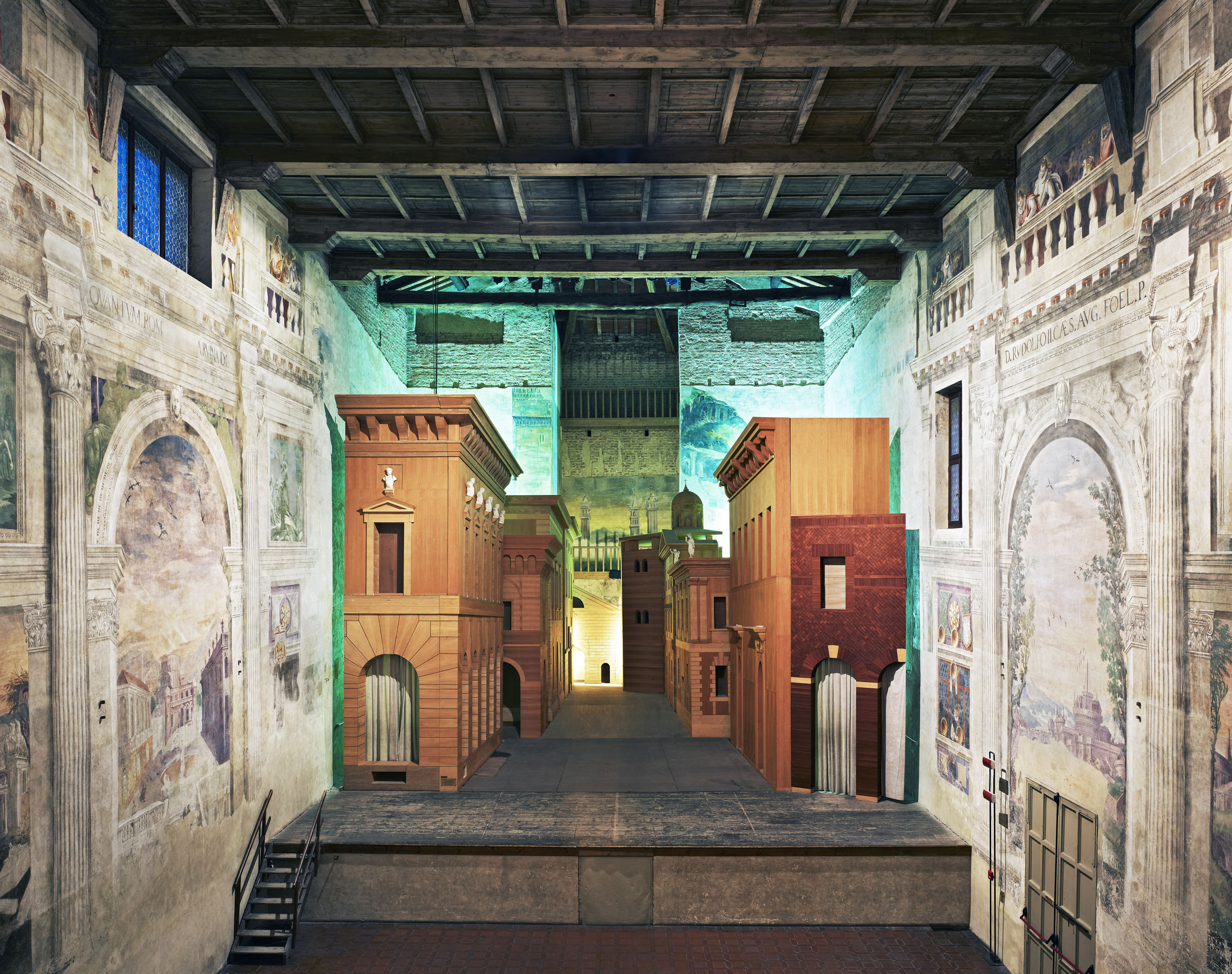 Candida Höfer , Sabbioneta, Teatro Olimpico, palcoscenico con scena fissa, 2010 © Candida Höfer