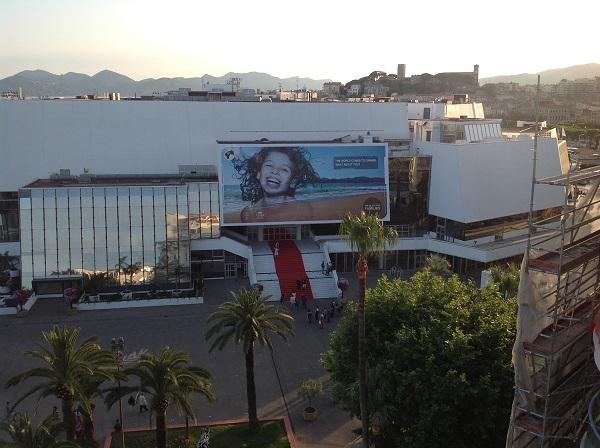 Il palazzo del cinema e il red carpet di fronte al Majestic Barriere
