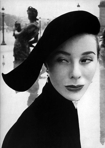 Arik Nepo - L'allure de Bettina - Place de la Concorde - Parigi pubblicata su Vogue Francia 1951