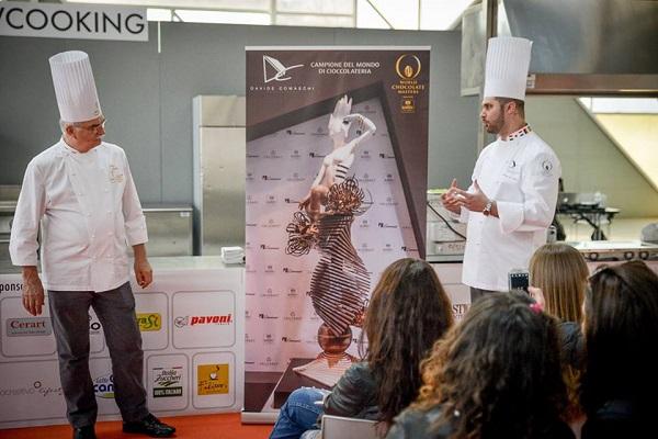 Davide Comaschi durante la dimostrazione a Food&Pastry