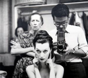 Avedon fotografa Dovima con Diana Vreeland che controlla
