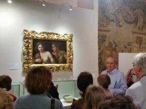 Il Prof. Vincenzo Farinella illustra la sala con arazzi estensi e il quadro Giovane Donna e Satiro di Dosso Dossi