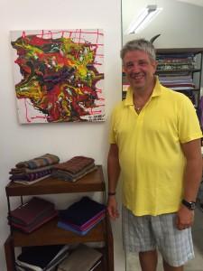 Arvedo Arvedi davanti ad un suo quadro nel Laboratorio Capri