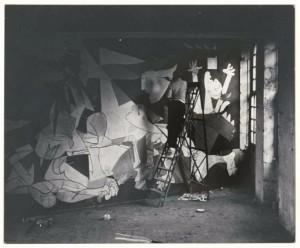 Dora Maar, Pablo Picasso su una scala mentre dipinge Guernica nell'atelier di rue des Grands-Augustins, Parigi, maggio-giugno 1937