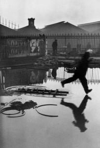 Place de l'Europe, Stazione Saint Lazare, Parigi, Francia 1932. © Henri Cartier-Bresson / Magnum Photos.