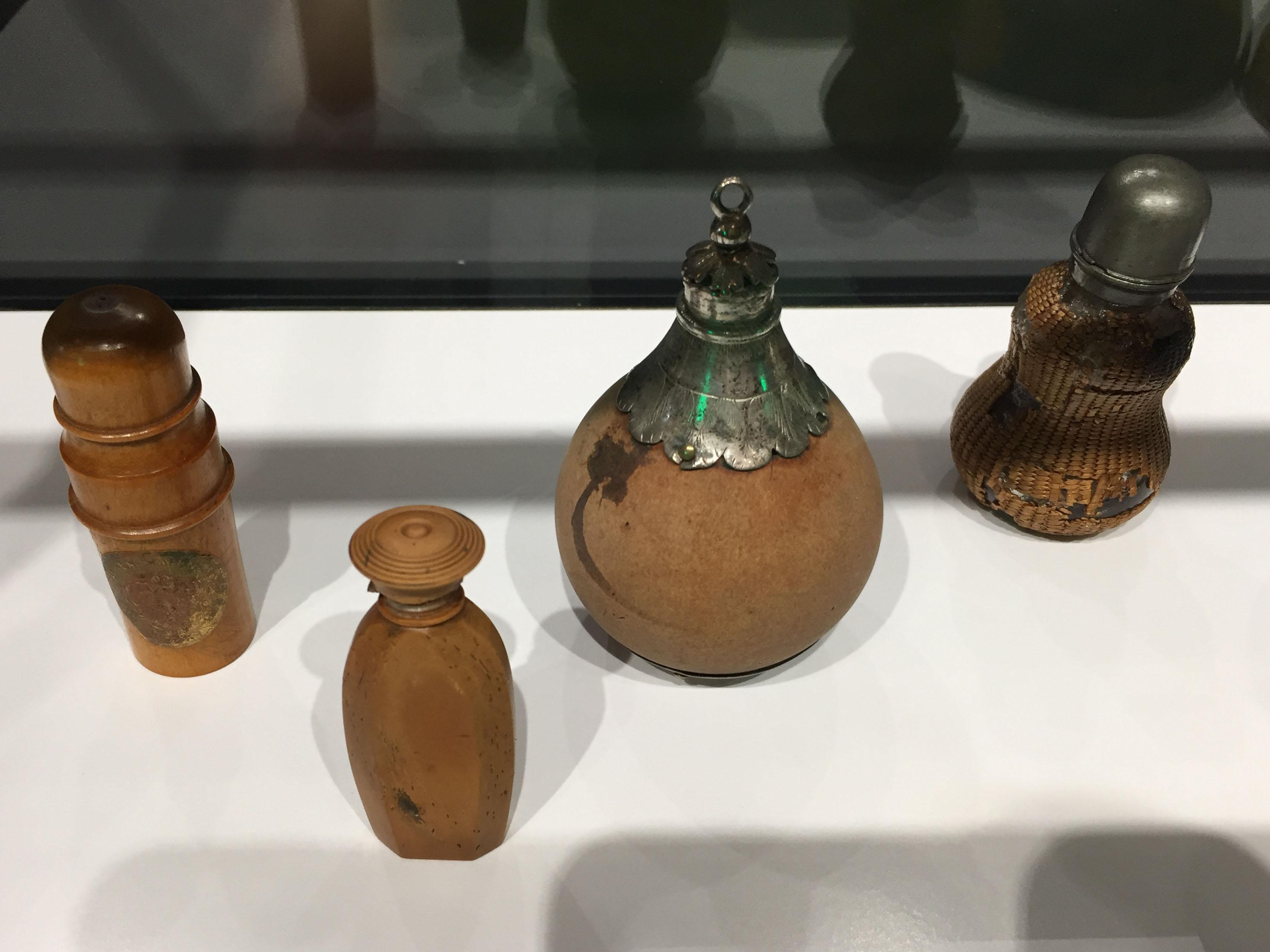 Flaconi in vetro e legno, Germania, 19 sec; pendente in legno e argento, Germania, 1700