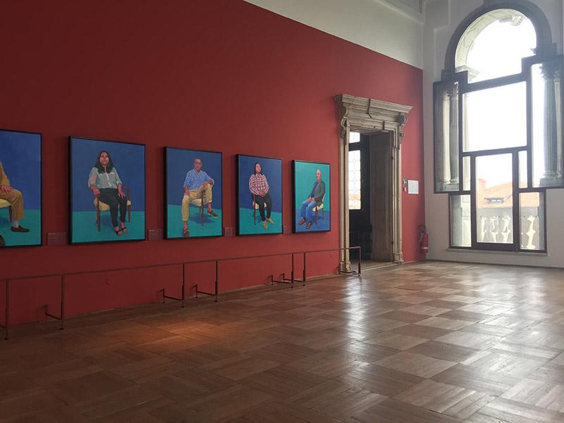 David Hockney 82 ritratti e 1 natura morta, veduta della mostra all'interno di Ca' Pesaro 2