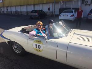 L'equipaggio di Rita Annunziata Colomba e Sabina Spaziani a bordo della stupenda Jaguar E Spider del 1962, vincitrice del secondo posto della classifica femminile