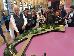 Gaetano Pesce davanti al modello del progetto Passeggiata per Padova, 2017