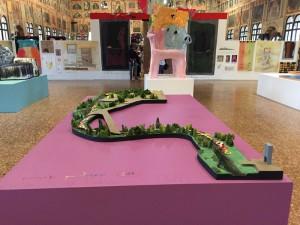 Vista della mostra con in primo piano il modello del progetto Passeggiata per Padova, 2017