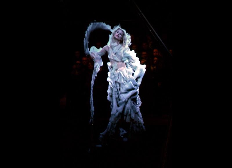 1- Kate Moss ologrammizzata discende come un'angelo sul pubblico della sfilata di McQueen A/I 2006