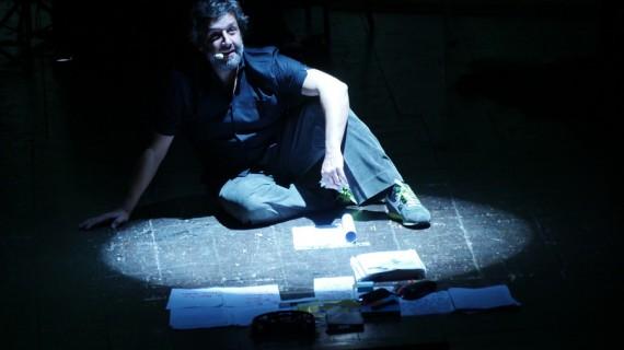 La Macchina della Felicità, la ricreazione teatrale di Flavio Insinna