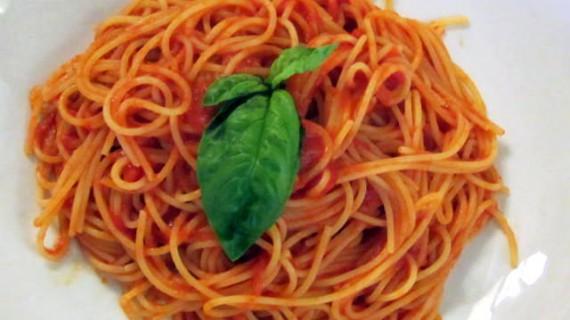 Gli Spaghetti alla Bolognese con il ragù di carne o con il tonno: cosa bolle in pentola?