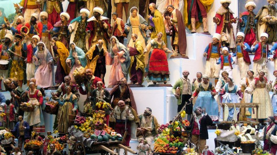 Via San Gregorio Armeno e i celebri personaggi del presepe napoletano