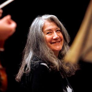Martha Argerich, Klavier, lacht am Mittwoch, 9. Januar 2008, bei den Proben vor den Konzerten im Kultur- und Kongresszentrum Luzern, KKL. (KEYSTONE/Sigi Tischler)