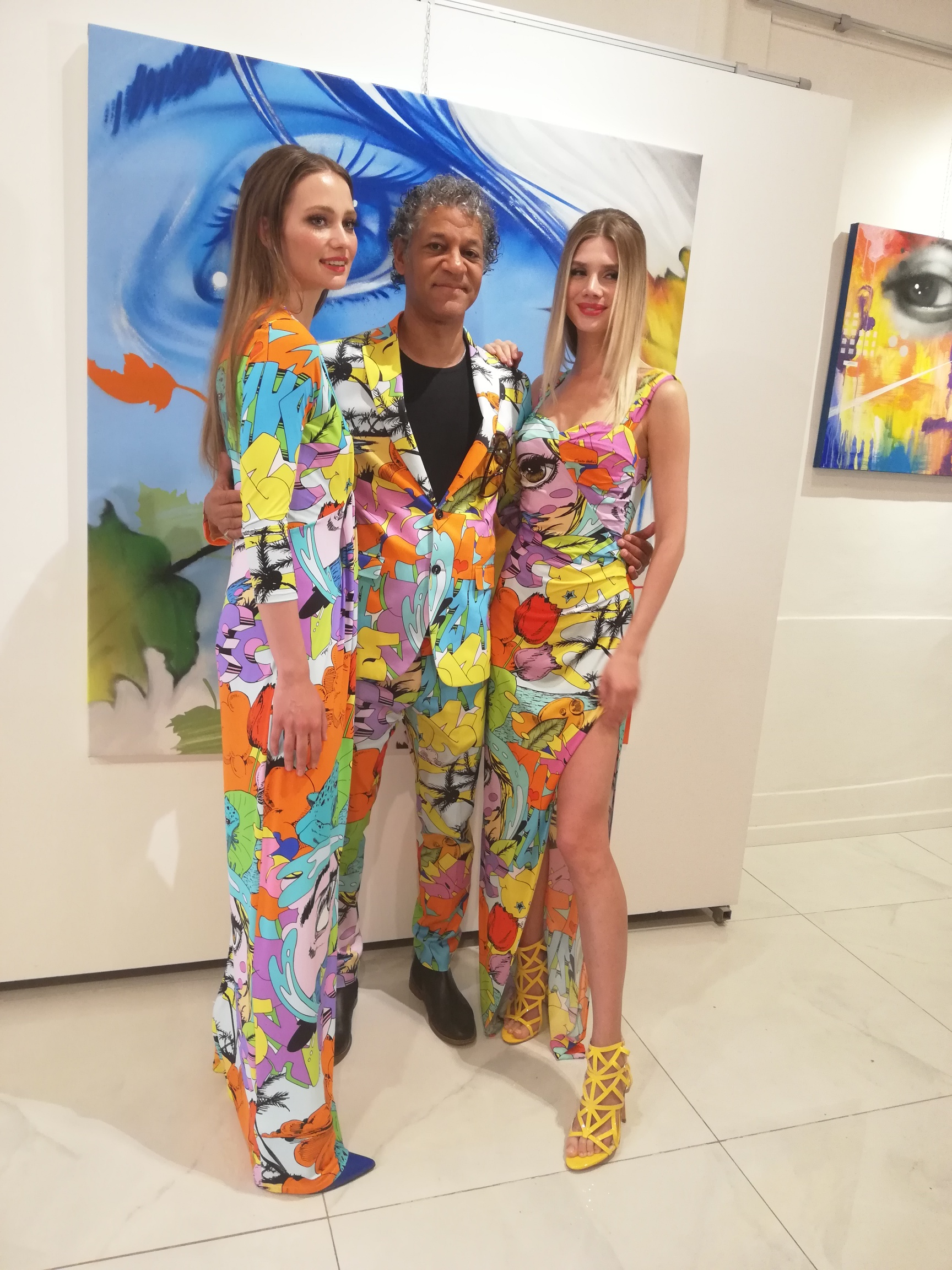 L'artista Daze con due modelle