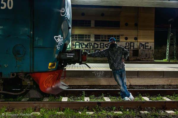 """KIOK si riposa dopo aver dipinto un treno fermo alla Stazione """"Roma Ostiense"""", 2012"""