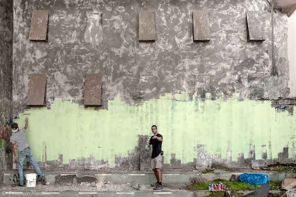 WAOS e DOMIO imbiacano il muro di una discoteca abbandonata ad Aprilia prima di una murata, 2014