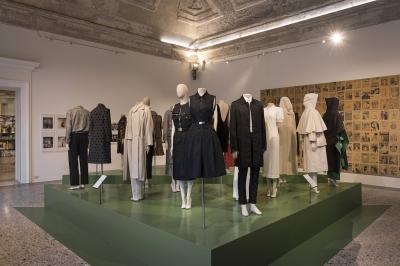 """La sala """"Democrazia"""" della mostra """"Italiana. L'Italia vista dalla moda 1971 - 2001"""", Milano, 21 febbraio 2018(F. de Luca – Camera nazionale della moda italiana)"""