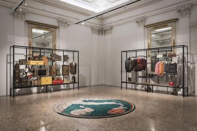 """La sala """"In forma di logo"""", con un tappeto di Cattelan alla mostra """"Italiana. L'Italia vista dalla moda 1971 - 2001"""", Milano, 21 febbraio 2018(F. de Luca – Camera nazionale della moda italiana)"""
