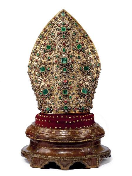 Matteo Treglia, Mitra, 1713, argento dorato, 3.326 diamanti, 164 rubini, 198 smeraldi e 2 granati, altezza 45 cm.
