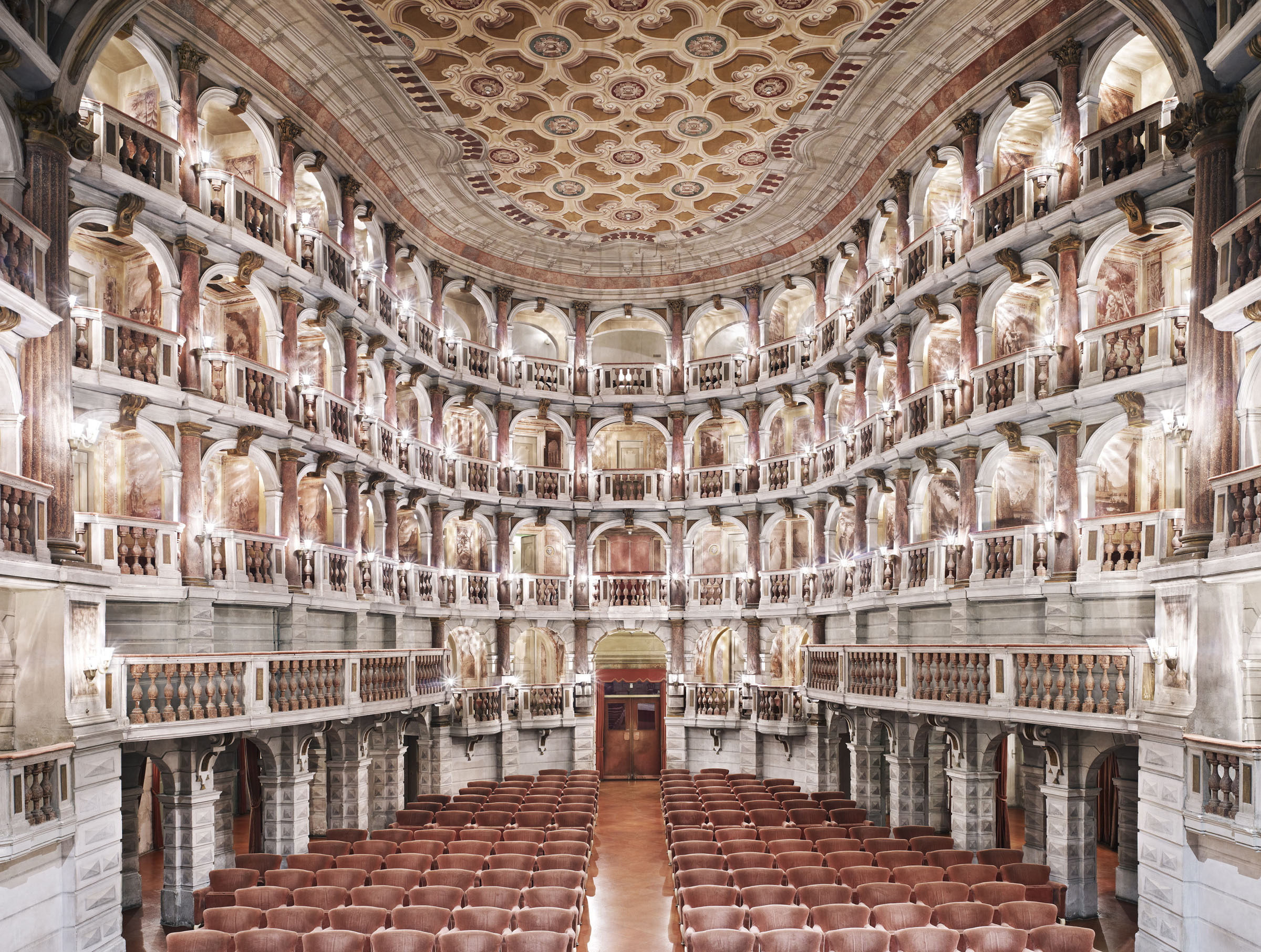 Candida Höfer, Mantova, Teatro Scientifico Bibiena , 2010, 180x225 cm © Candida Höfer