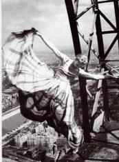 1939 Lisa Fonssangrives sulla Tour Eiffel