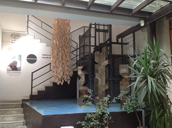 Opere di Kris Rush tra l'ingresso boutique e le scale che portano alle mostre