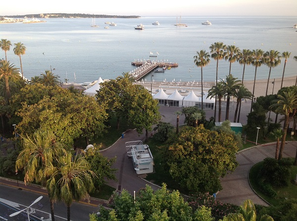 Una veduta della spiaggia del Majestic Barriere dalla suite Dior