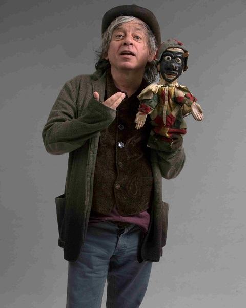 Paolo Rossi è Arlecchino sul palco del Teatro Duse