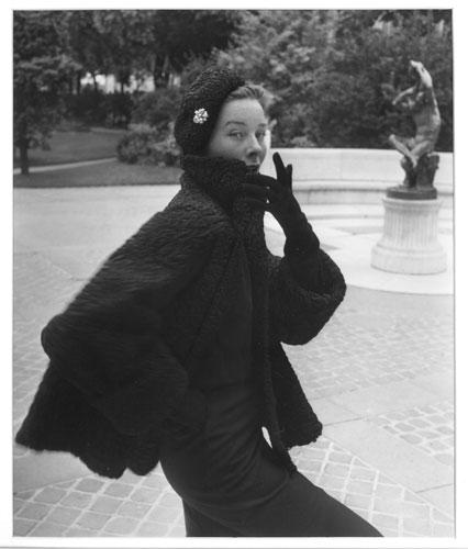 Emile Savitry - Bettina veste Astraka de Reveillon, Paris 1952 ©Emile Savitry