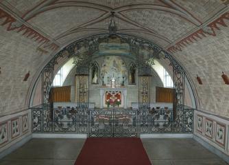 L'interno della cappella con l'altare e la transenna in ferro battuto