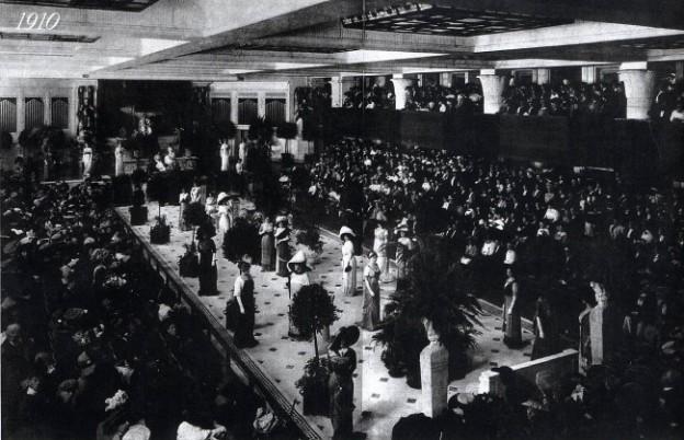 1910 Fashion show nel Wanamaker's departement store a Philadelphia