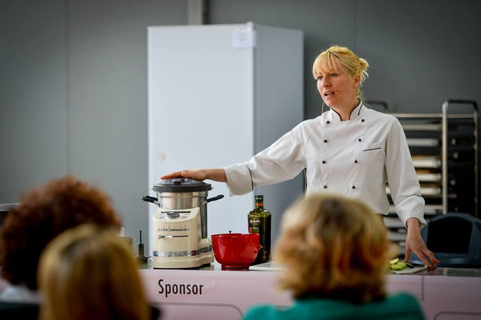 LA Chef Elena D'Alto durante l'anteprima nazionale di presentazione del Cook Processor Artisan di KitchenAid