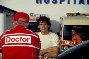 JEREZ 30-09-1990- AYRTON SENNA DUBBIOSO SI CONFREONTA CON IL DR.SID WATKINS SULLA SICUREZZA IN F1 © FOTO ERCOLE COLOMBO