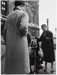 Robert Doisneau fotografa Avedon mentre scatta a Parigi sotto lo sguardo attento di Carmel Snow