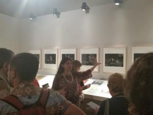 La Dott.ssa Monica Preti illustra le foto di scena di Ugo Mulas e alcuni disegni preparatori di Pier Luigi Pizzi