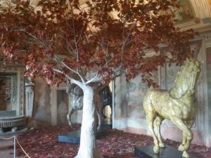 La Sala della Fontana allestita con una delle scenografie del Pizzi realizzate per la trasposizione televisiva del Furioso di Ronconi