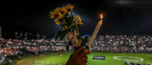 63078031_People-participate-in-a-tribute-to-the-players-of-Brazilian-team-Chapecoense-Real-killed-in