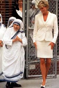MADRE-TERESA-DI-CALCUTTA-CON-LADY-DIANA-NEL-1990.