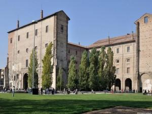 Palazzo della Pilotta da piazzale della Pace città emiliana
