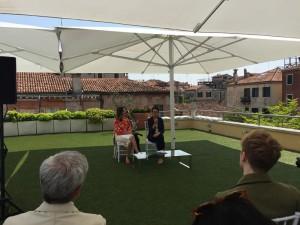 Lauren Hinkson curatrice della mostra e Karole Vail direttrice del PGC alla presentazione della mostra nella terrazza del Palazzo Venier dei Leoni, sede della Peggy Guggenheim Collection