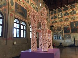Vista della mostra con in primo piano Pink Chair