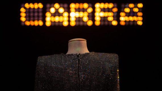 Dal caschetto biondo all'ombelico scoperto ecco lo stile di Raffaella Carrà nell'opera di costumisti e stilisti