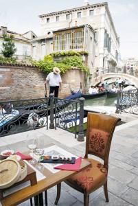 Luna sentada ristorante veneziano